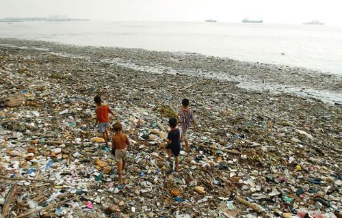 Abb. 3.10: Die dicht besiedelte und zum Teil stark industrialisierte Bucht von Manila ist eine der am stärksten belasteten Regionen der Philippinen. Der Plastikmüll ist das auffälligste Zeichen der Meeresverschmutzung in diesem Küstengebiet. © Reuters/John Javellana (Philippines)