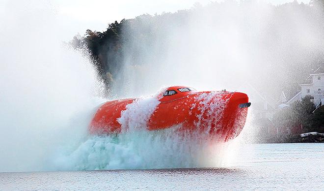 Abb. 3.6: Rettungsboot im Härtetest: Gemäß SOLAS-Konvention müssen Rettungsboote bestimmten Prüfungen unterzogen werden. Dazu gehört auch der Drop Test, bei dem ein Rettungsboot mit voller Beladung aus mehreren Metern aufs Wasser fällt. © hgm-press/bnps