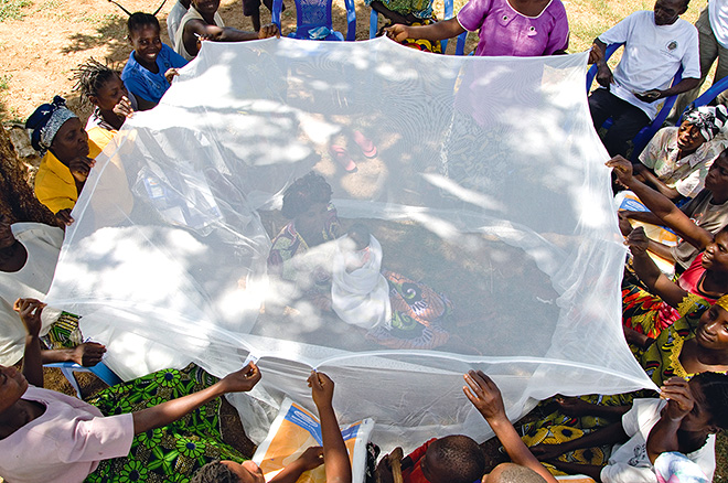 fig. 4.4: Communities in the Democratic Republic of the Congo learn how to protect themselves using mosquito nets. Malaria is a frequent cause of poverty because persons with the disease are no longer able to work. © ullstein bild/Africa Media Online