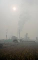 Abb. 4.10: China ist einer der größten Produzenten und Verbraucher von Kohle weltweit. In Linfen, im Südwesten der Provinz Shanxi, sind besonders viele Kokereien in Betrieb. Die Stadt wurde vom amerikanischen Blacksmith Institute 2006 und 2007 zu einem der 10 schmutzigsten Orte der Welt erklärt. © Natalie Behring/Panos Pictures/Visum