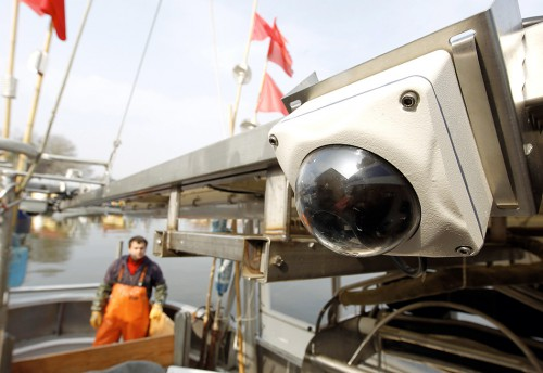 Abb. 4.14: Im Rahmen von Pilotprojekten werden derzeit Kameras an Bord von Trawlern installiert, um die Fänge zu kontrollieren. © Jens Köhler/WWF