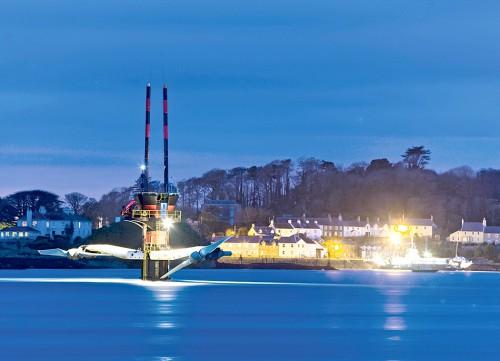 Abb. 4.15: Das Gezeitenkraftwerk SeaGen in der Meerenge von Strangford, Nordirland, hat eine Leistung von 1,2 Megawatt. Es liefert so viel Strom wie eine kleine Windenergieanlage. Dieses Gezeitenkraftwerk ist insofern ungewöhnlich, als dass es Energie mittels Rotoren gewinnt. Üblicherweise arbeiten Gezeitenkraftwerke mit Turbinen, die in einem Sperrwerk installiert sind. © www.siemens.com/presse