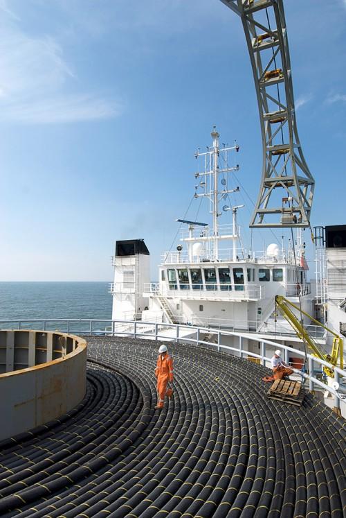 """Abb. 4.20: Auch die Verlegung von Seekabeln, die mit großen Schiffen wie der """"Team Oman"""" auf den Meeresboden herabgelassen werden, muss bei der marinen Raumplanung berücksichtigt werden. © Detlev Gehring/TenneT"""
