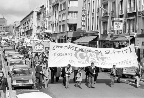 fig. 4.24: After the Amoco Cadiz oil tanker disaster off the coast of Brittany in March 1978, there were massive protests against oil pollution, as seen here in the French port of Brest. As a result of these protests, much more stringent tanker safety standards were introduced over the years. © Alain Dejean/Sygma/Corbis
