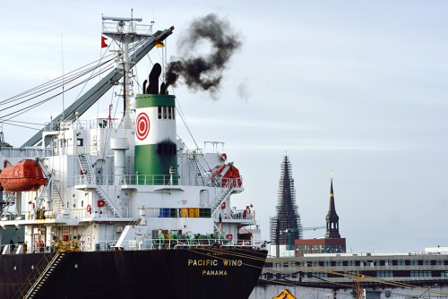 fig. 4.8: Exhaust gases from shipping are a problem in many ports, such as Hamburg (above). Under IMO rules, these exhaust gases will contain lower levels of pollutants in future. Black smoke cannot be avoided altogether, however: it is emitted in short bursts from ships' revving engines during docking. © Aufwind-Luftbilder/Visum