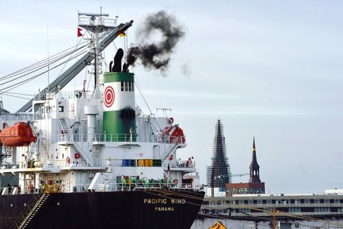 Abb. 4.8: Schiffsabgase sind in vielen Hafenstädten, wie hier in Hamburg, ein Ärgernis. Gemäß IMO-Reglement sollen die Abgase künftig weniger Schadstoffe enthalten. Dunkler Qualm wird sich aber nicht ganz vermeiden lassen: Schiffe stoßen ihn für kurze Zeit aus, wenn sie beim Ablegen ihre Maschinen hochfahren. © Aufwind-Luftbilder/Visum