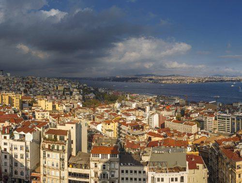 Abb. 1.1: Viele Städte entwickelten sich an Küsten. Der Istanbuler Stadtteil Beyoğlu zum Beispiel ist mehrere Tausend Jahre alt. Er liegt am Goldenen Horn, jener fjordartigen Einbuchtung, die den europäischen Teil der Metropole in einen nördlichen und in einen südlichen Bereich trennt. © Arnaud Spani/hemis.fr/Fotofinder.com