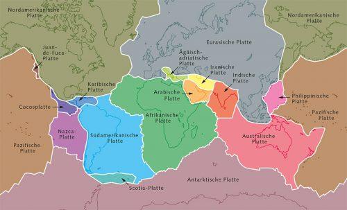 Abb. 1.4: Die Kontinentalplatten tragen sowohl die Landmasse als auch die Ozeane. Sie bewegen sich pro Jahr um bis zu mehrere Zentimeter. An manchen Stellen entfernen sich Kontinentalplatten voneinander wie zum Beispiel am Mittelatlantischen Rücken. Anderswo schieben sich Platten übereinander. So taucht die Indische unter die Eurasische Platte, wodurch der Himalaja weiter aufgefaltet wird. © maribus
