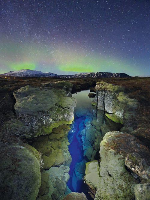 Abb. 1.6: Dass sich die Kontinentalplatten bewegen, ist in Island deutlich zu erkennen. Die Insel liegt teils auf der Eurasischen, teils auf der Nordamerikanischen Platte. Beide driften jedes Jahr um wenige Zentimeter auseinander. Der Riss, der sich über die Insel zieht, wird als Silfra-Spalte bezeichnet. © Aurora/Getty Images