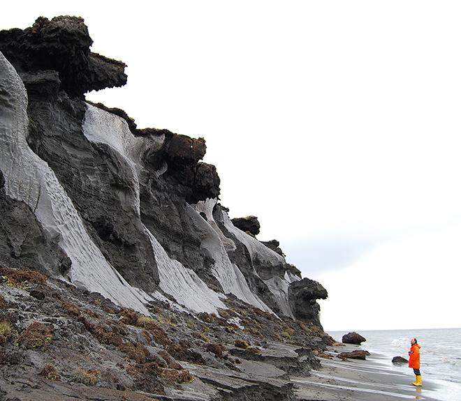 Abb. 1.21 > Die sibirische Insel Muostach weist eine Permafrostküste auf, die wegen der Klimaerwärmung zunehmend anfällig für Erosion ist. © Thomas Opel/Alfred-Wegener-Institut
