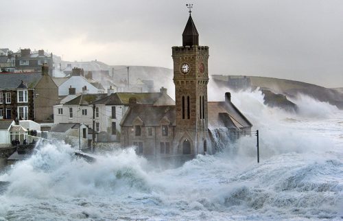 fig. 1.22: The village of Porthleven in the English county of Cornwall is located on an extremely high-energy rocky coast. Accordingly, the shoreline fortifications, including massive walls, are very substantial. Under conditions of very high seas, however, they are hardly noticeable. © Bernie Pettersen/SWNS.com/action press