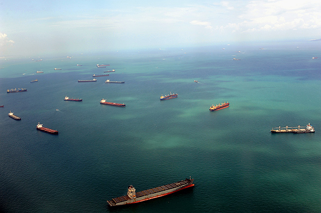 fig. 2.21: Heavy traffic in the Strait of Malacca, the main artery of global intercontinental shipping. Almost a quarter of international maritime trade flows are moved through this seaway, which is around 800 kilometres in length and 50 kilometres in breadth at the narrowest point. © Olaf Schülke/Süddeutsche Zeitung Photo