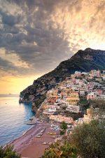 Abb. 2.25: Der Ort Positano an der italienischen Amalfiküste steht beispielhaft für die Anziehungskraft, die Küsten auf den Menschen haben können. Sie sind ästhetische Gebiete, die kulturell und spirituell bereichern und Erholung bieten. © Pietro Canali/SIME/Schapo- walow/Mato