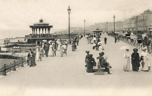 fig. 2.7:  Back in 1907 the promenade at Brighton was already popular with visitors, and the appeal of the English coastal resort for tourists remains undiminished to this day.<br /> © Interfoto/Mary Evans