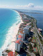 Abb. 2.27: Wie hier im mexikanischen Cancún haben viele Küstenregionen durch den Massentourismus ihre ursprüngliche Gestalt verloren. Eine solche Form der Übernutzung kann den Erholungswert dieser Gebiete einschränken. © Robert Harding Productions/robertharding/laif