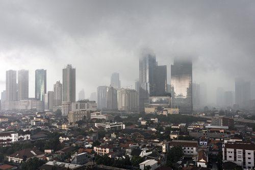 Abb. 2.32: Jakarta ist die derzeit am schnellsten versinkende Metropole weltweit. Da die Stadt in großem Stil Grundwasser für die Trinkwassergewinnung abpumpt, sackt das moderne Stadtzentrum stark ab. © Didier Marti/Getty Images