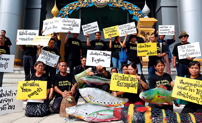 Abb. 2.37: Vor dem Verwaltungsgericht in Bangkok wird gegen den Bau des Xayaburi-Staudamms in Laos protestiert. © picture alliance/ AP Images/Apichart Weerawong