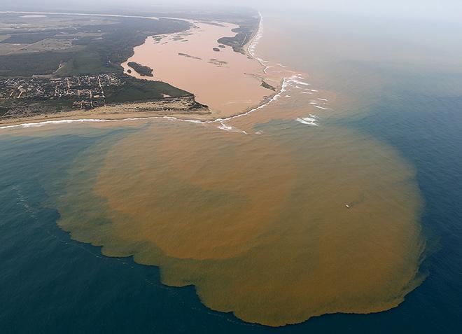 Abb. 2.46: Umweltkatastrophe im brasilianischen Bundesstaat Espírito Santo: Giftiger Eisenerzschlamm aus dem Rio Doce ergießt sich ins offene Meer. © Reuters/Ricardo Moraes
