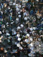 Abb. 4.12: Ein Fischmarkt in Bangladesch. Hier werden vor allem Hilsa-Heringe verkauft, die in der Region, dem Golf von Bengalen, besonders beliebt sind. Nach jahrelanger Überfischung ist es jetzt in einem internationalen Projekt gelungen, für den gesamten Golf ein schonendes Fischereimanagement zu entwickeln. © Fernando Moleres/laif