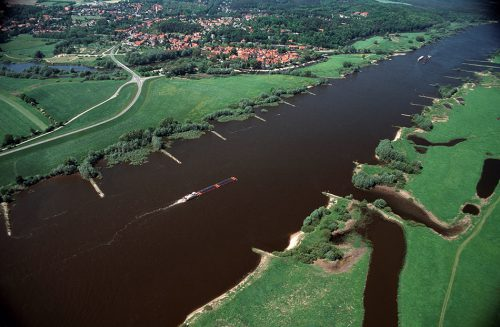 fig. 4.3: Responsibility for the maintenance and safety of federal waterways like the river Elbe, pictured here, rests with the Federal Ministry of Transport and Digital Infrastructure, whereas the dikes protecting the hinterland are cared for by dike associations. © Kaiser/laif