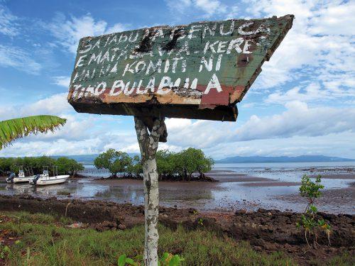 Abb. 4.6: Ein selbst gemaltes Schild für ein selbst verwaltetes Schutzgebiet. Das Meer um die Insel Vanua Levu, die zu Fidschi gehört, wurde in einem umfassenden Managementprozess zu einem lokal verwalteten Meeresgebiet erklärt. Hier sorgen die einheimischen Fischer selbst für eine nachhaltige Nutzung der Fische und Meeresfrüchte. <br>  © Stacy Jupiter
