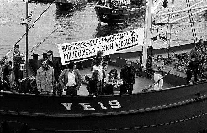 Abb. 4.7: 1972 protestierten Fischer in den Niederlanden gegen die Eindeichung der Oosterschelde. © ZB, Planbureau en Bibliotheek van Zeeland/Beeldbank Zeeland/C. Kotvis