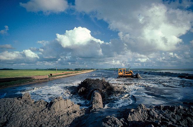 Abb. 4.8: 1985 wurde das Wattenmeer in Schleswig-Holstein zum Nationalpark erklärt. Trotzdem gab es anfangs heftige Kritik, weil noch umstrittene Küstenschutzmaßnahmen durchgeführt wurden wie beispielsweise die Eindeichung der Nordstrander Bucht, deren Deich mit Sand aufgespült wurde. © ARCO/K. Wernicke