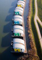 Abb. 4.18: In den Niederlanden bereitet man sich auf künftige Überflutungen vor: Ingenieure haben schwimmende Siedlungen errichtet wie hier bei Maasbommel. Die amphibischen Häuser sind an Pfosten verankert und reagieren flexibel auf Hochwasser. © Swart/Hollandse Hoogte/laif