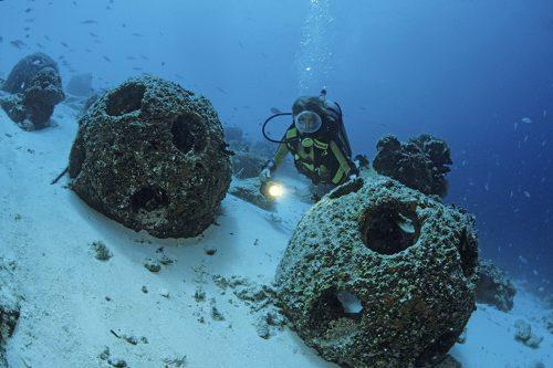 Abb. 4.24: Sogenannte Riffbälle als Wellenbrecher. Die von einer US-amerikanischen Nichtregierungsorganisation vertriebenen Kugeln werden für den Küstenschutz eingesetzt. Sie bilden zugleich wertvolle Unterwasserlebensräume. © Helmut Corneli/imageBroker/vario images