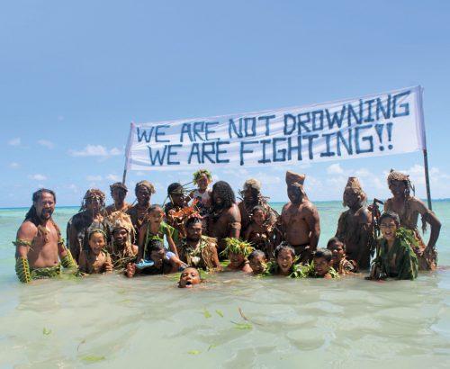 Abb. 4.28: Die Bewohner der Insel Nukunonu im Südpazifik wollen nicht als Klimaopfer betrachtet werden, sondern als Kämpfer gegen einen steigenden Meeresspiegel. Nach einem UN-Report könnte das Atoll, das zur Inselgruppe Tokelau gehört, im 21. Jahrhundert untergehen. © 350.org