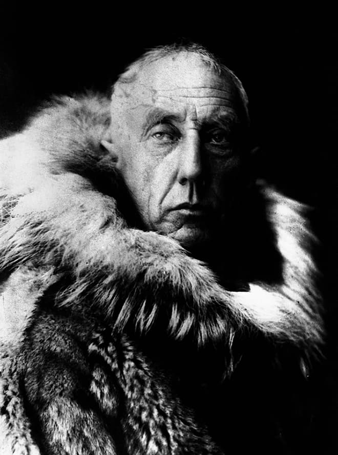 S. 48 © Online: https://commons.wikimedia.org/wiki/File: Amundsen_in_fur_skins.jpg (Stand: 10/2018
